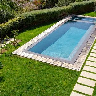 Immagine di una piscina classica rettangolare con pedane