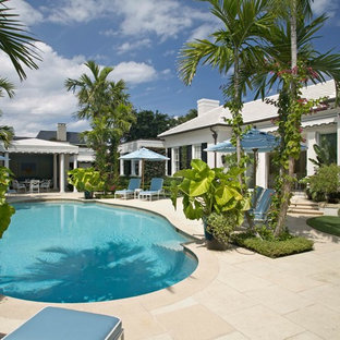 Ejemplo de casa de la piscina y piscina marinera, redondeada, en patio trasero
