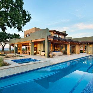 Exemple d'un grand couloir de nage sud-ouest américain rectangle avec un bain bouillonnant et du carrelage.