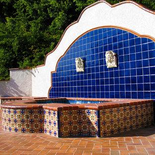 Imagen de piscinas y jacuzzis alargados, mediterráneos, grandes, a medida, en patio trasero, con adoquines de ladrillo