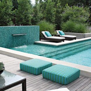 Großer Moderner Pool hinter dem Haus in individueller Form mit Dielen und Wasserspiel in Dallas