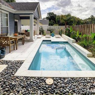 Foto de piscina actual, pequeña, a medida, en patio trasero, con adoquines de hormigón