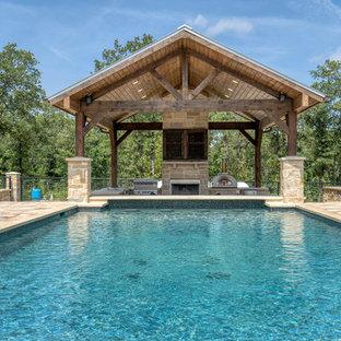 Foto de piscina clásica, de tamaño medio, rectangular, en patio delantero, con adoquines de hormigón