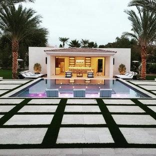 Großes Modernes Sportbecken hinter dem Haus in rechteckiger Form mit Poolhaus und Natursteinplatten in Phoenix