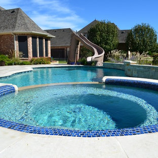 Modelo de piscinas y jacuzzis naturales, modernos, de tamaño medio, redondeados, en patio trasero, con suelo de baldosas
