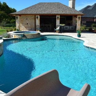Ispirazione per una piscina naturale moderna personalizzata di medie dimensioni e dietro casa con un acquascivolo e pedane