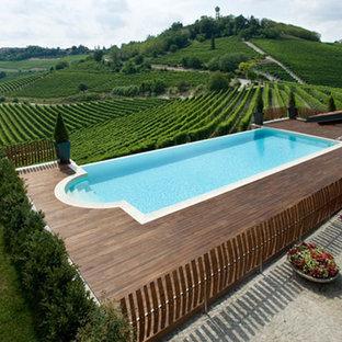 Mittelgroßer Landhaus Pool in rechteckiger Form mit Poolhaus und Dielen in Turin