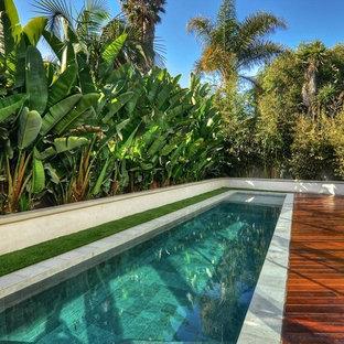Foto de piscina alargada, contemporánea, grande, rectangular, en patio lateral, con entablado