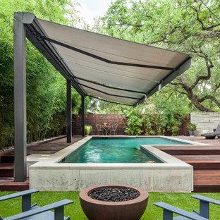 Imagen de piscina minimalista, de tamaño medio, a medida, en patio trasero, con entablado