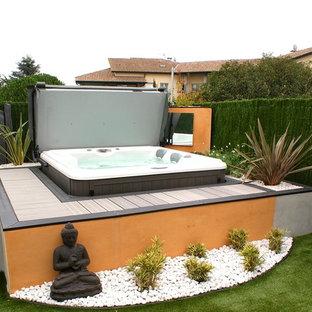 Foto de piscinas y jacuzzis elevados, exóticos, pequeños, rectangulares, en patio trasero, con entablado
