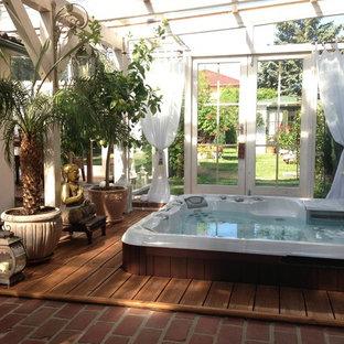 Foto de piscinas y jacuzzis elevados, asiáticos, pequeños, rectangulares, en patio, con entablado