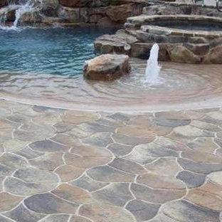 Foto de piscinas y jacuzzis modernos, de tamaño medio, a medida, en patio trasero, con adoquines de piedra natural