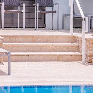 Idee per una piscina chic dietro casa con pedane