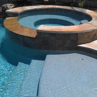 Foto de piscinas y jacuzzis actuales, de tamaño medio, a medida, en patio trasero