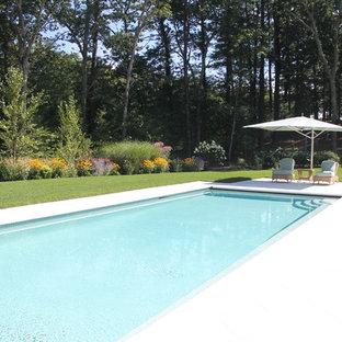 Foto de piscinas y jacuzzis naturales, actuales, de tamaño medio, rectangulares, en patio trasero, con suelo de hormigón estampado