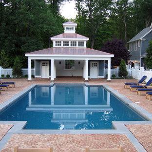 Diseño de piscina contemporánea, de tamaño medio, rectangular, en patio trasero, con adoquines de ladrillo