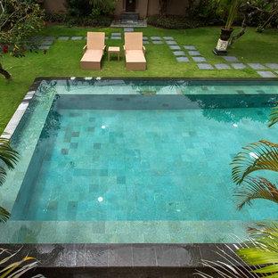 Diseño de casa de la piscina y piscina natural, asiática, de tamaño medio, rectangular, en patio, con suelo de baldosas