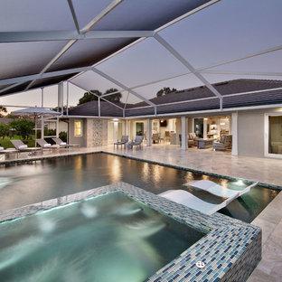 マイアミの中サイズの長方形地中海スタイルのおしゃれな裏庭プール (タイル敷き) の写真