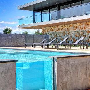 Foto di una piscina fuori terra minimalista rettangolare di medie dimensioni e davanti casa con una dépendance a bordo piscina e pedane