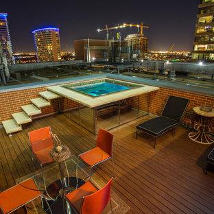Imagen de piscina elevada, minimalista, pequeña, rectangular, en azotea, con entablado