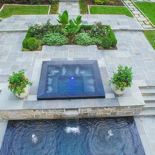 Modelo de piscinas y jacuzzis infinitos, clásicos, grandes, rectangulares, en patio trasero, con adoquines de piedra natural