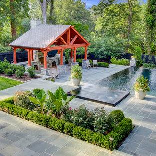 Diseño de piscinas y jacuzzis infinitos, clásicos, grandes, rectangulares, en patio trasero, con adoquines de piedra natural
