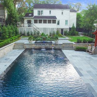 Foto de piscinas y jacuzzis infinitos, modernos, grandes, rectangulares, en patio trasero, con adoquines de piedra natural