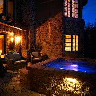 Immagine di una grande piscina fuori terra tradizionale rettangolare in cortile con una vasca idromassaggio e pavimentazioni in cemento