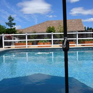 Ispirazione per una piscina naturale vittoriana personalizzata di medie dimensioni e dietro casa con pedane