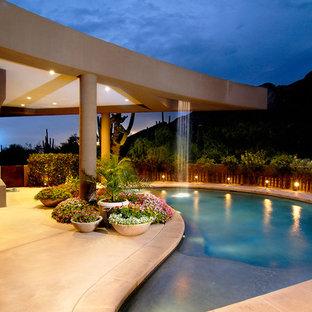 Exemple d'une piscine tendance en forme de haricot.