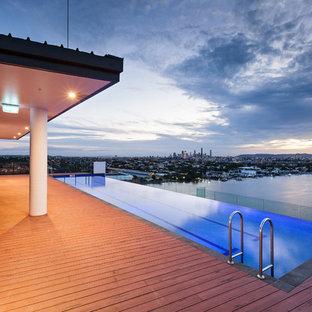 Imagen de piscina alargada, minimalista, grande, en azotea