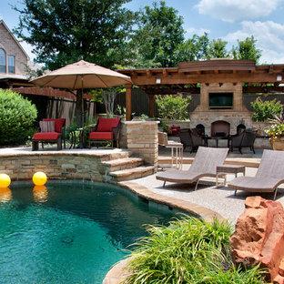 Idée de décoration pour une grande piscine arrière tradition sur mesure avec une dalle de béton.