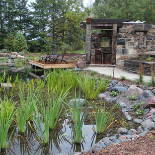 Diseño de piscina con fuente natural, rural, de tamaño medio, a medida, en patio trasero, con gravilla