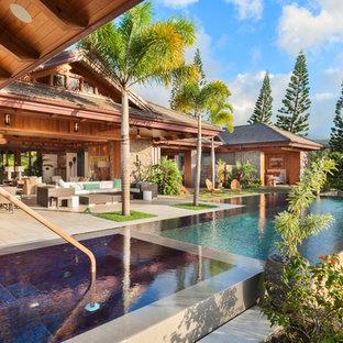 ハワイの大きい長方形トロピカルスタイルのおしゃれなプール (コンクリート板舗装) の写真