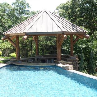 Aménagement d'une grande piscine arrière craftsman sur mesure avec un point d'eau.