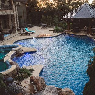 Imagen de piscina con fuente de estilo americano, grande, a medida, en patio trasero