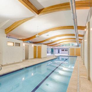 Modelo de piscina contemporánea, de tamaño medio, rectangular y interior, con suelo de baldosas