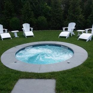 Diseño de piscinas y jacuzzis naturales, contemporáneos, pequeños, redondeados, en patio trasero, con adoquines de hormigón