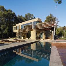 Modern Pool by GEL: Griffin Enright Landscape