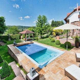 Diseño de piscina alargada, de estilo zen, pequeña, rectangular, en patio trasero, con adoquines de piedra natural