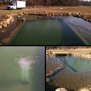 Idee per una grande piscina naturale rustica personalizzata nel cortile laterale con fontane e pavimentazioni in pietra naturale
