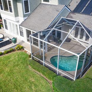 Foto de piscina nórdica, pequeña, tipo riñón, en patio trasero, con adoquines de hormigón