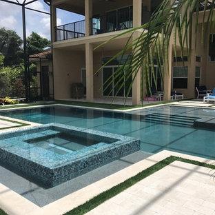 Modelo de piscinas y jacuzzis minimalistas, grandes, en patio trasero, con adoquines de piedra natural