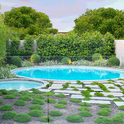 Large minimalist front yard decomposed granite and round pool landscaping photo in Melbourne