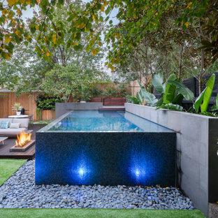 Modelo de piscina infinita, tropical, pequeña, rectangular, en patio trasero