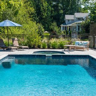 Modelo de piscinas y jacuzzis naturales, modernos, grandes, rectangulares, en patio trasero, con adoquines de ladrillo