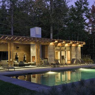 Moderner Pool hinter dem Haus in rechteckiger Form mit Poolhaus in Burlington