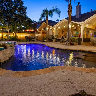 ヒューストンの中サイズのキドニーシェイプアジアンスタイルのおしゃれな裏庭プール (デッキ材舗装) の写真