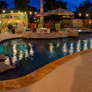 Diseño de piscina asiática, de tamaño medio, tipo riñón, en patio trasero, con entablado