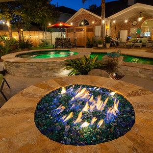 Ejemplo de piscina de estilo zen, de tamaño medio, tipo riñón, en patio trasero, con entablado